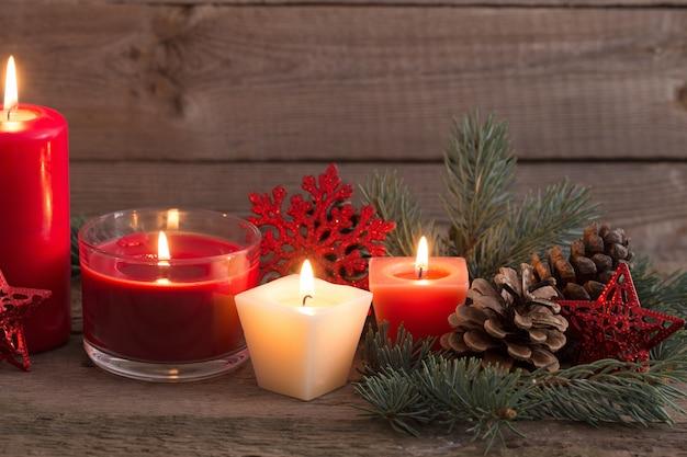 Kerstdecoratie met rode kaarsen op houten achtergrond