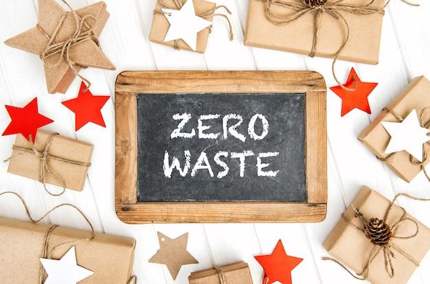 Kerstdecoratie met schoolbord en milieuvriendelijke ingepakte geschenken. geen afvalconcept