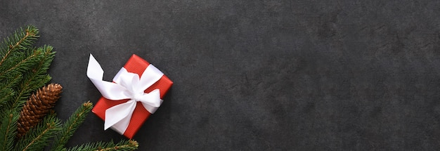 Kerstdecoratie met sparren en geschenken op zwart, plat leggen
