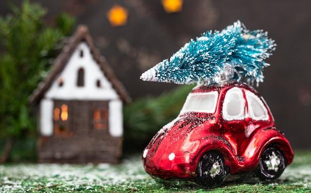 Kerstdecoratie met speelgoedauto en kerstboom