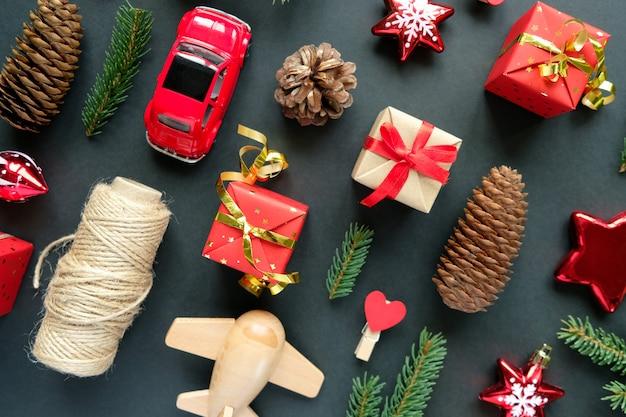 Kerstdecoratie met takken, sterren, geschenkdozen en dennenappel, bovenaanzicht