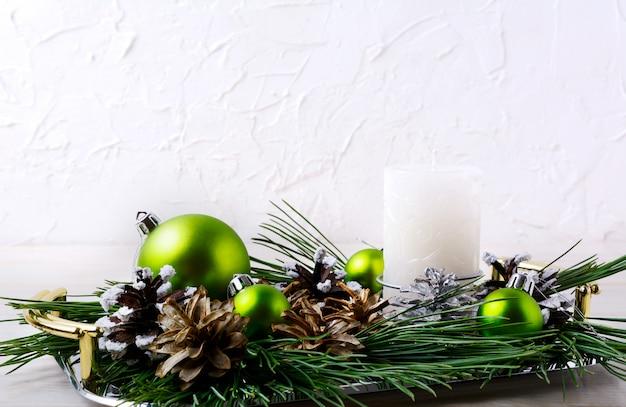 Kerstdecoratie met vakantie ornamenten en kaars middelpunt