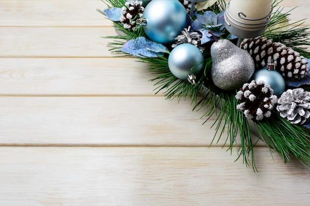 Kerstdecoratie met vakantie versierde kaarsenhouder en blauwe ornamenten