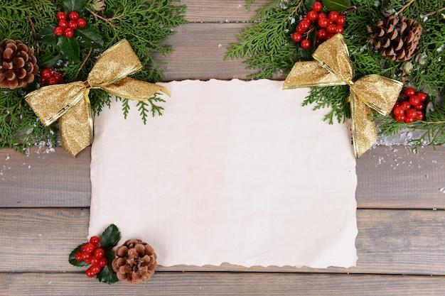Kerstdecoratie met vel papier op houten oppervlak