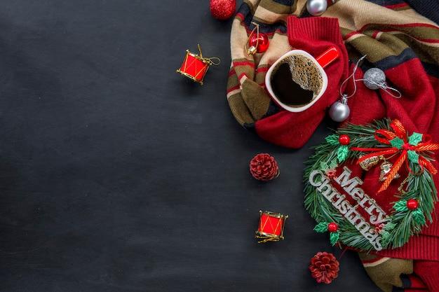 Kerstdecoratie met warme koffie op donkere achtergrond. plat leggen. kopieer ruimte voor tekst.