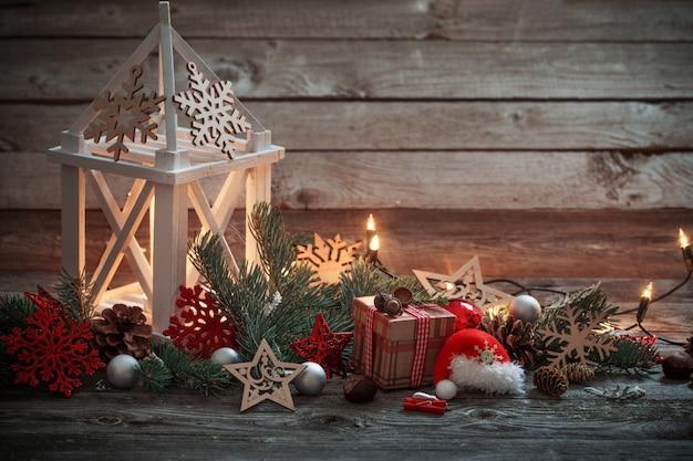 Kerstdecoratie met witte lantaarn op houten achtergrond