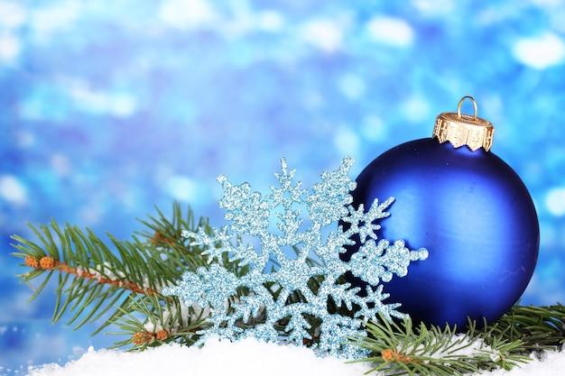 Kerstdecoratie op blauwe achtergrond