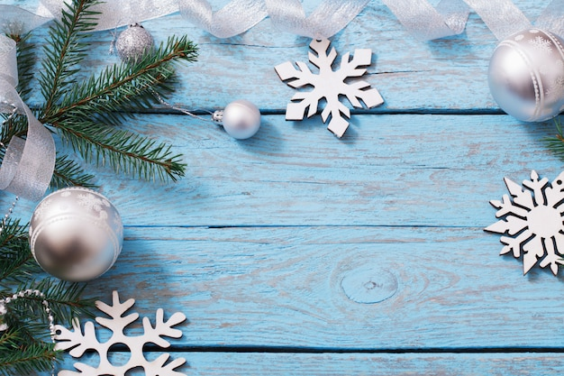 Kerstdecoratie op blauwe houten achtergrond