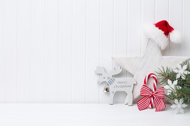 Kerstdecoratie op een knutselen met houten achtergrond.