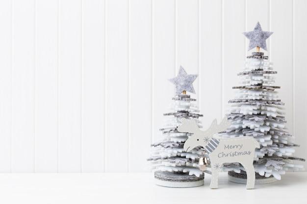 Kerstdecoratie op een witte houten achtergrond.