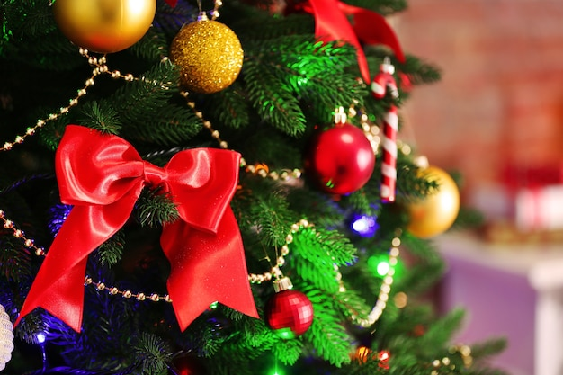 Kerstdecoratie op felle kleur achtergrond