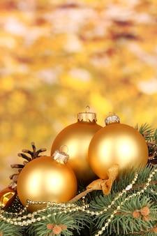 Kerstdecoratie op gele achtergrond