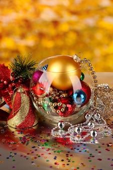Kerstdecoratie op gouden muur