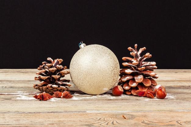 Kerstdecoratie op houten tafel