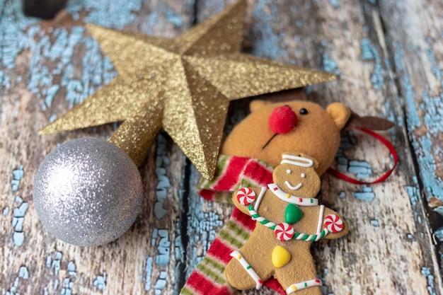 Kerstdecoratie op houten vloer