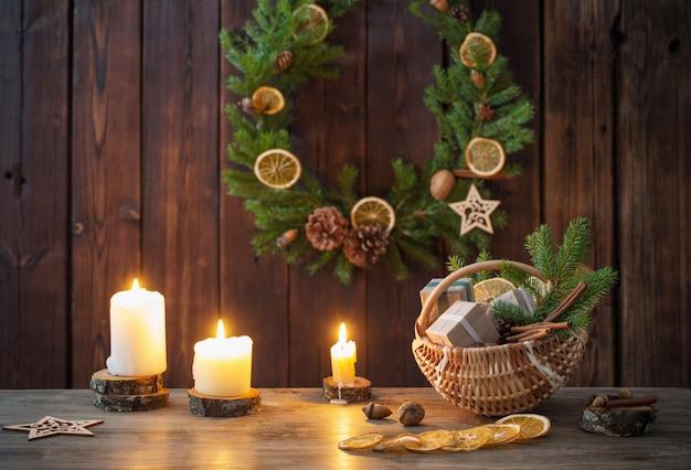 Kerstdecoratie op oud hout
