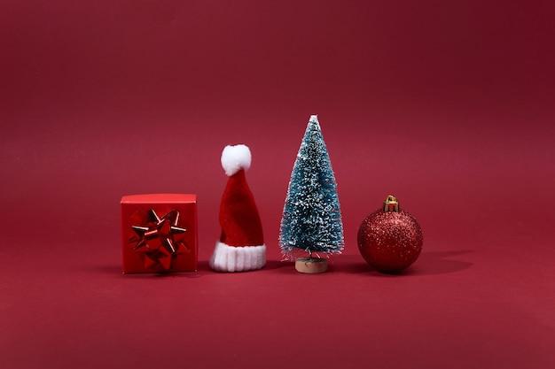 Kerstdecoratie op rode achtergrond.