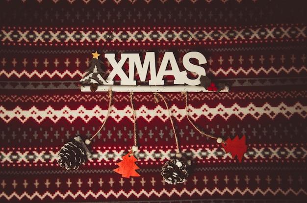 Kerstdecoratie op rood en wit patroon