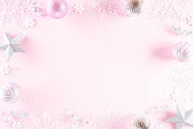 Kerstdecoratie op roze achtergrond.