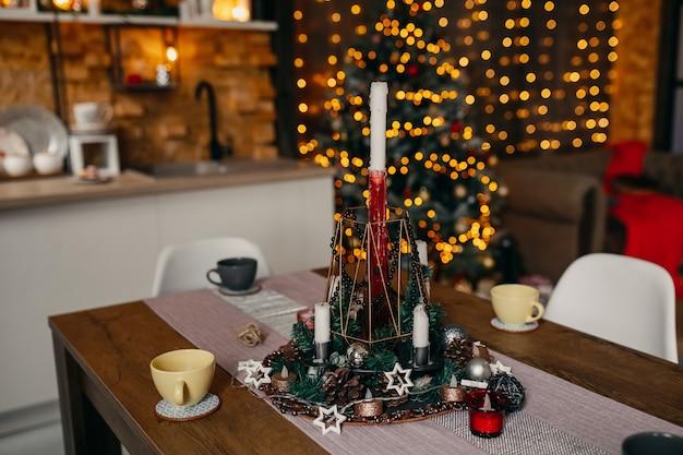 Kerstdecoratie op tafel in de keuken