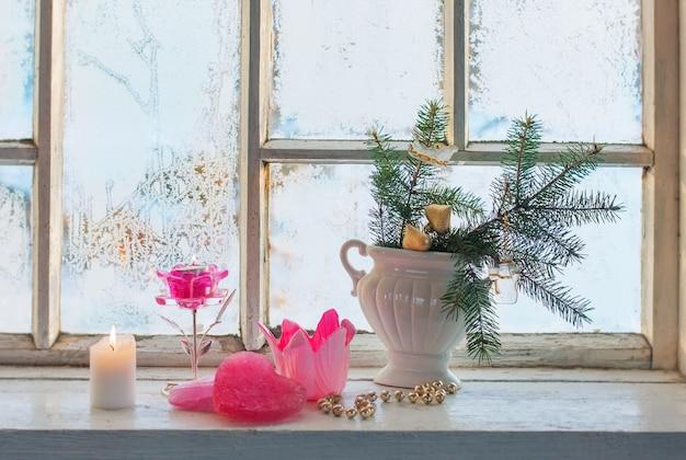 Kerstdecoratie op venster