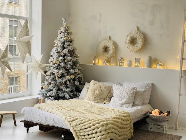 Kerstdecoratie op witte slaapkamer