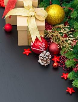 Kerstdecoratie op zwart oppervlak