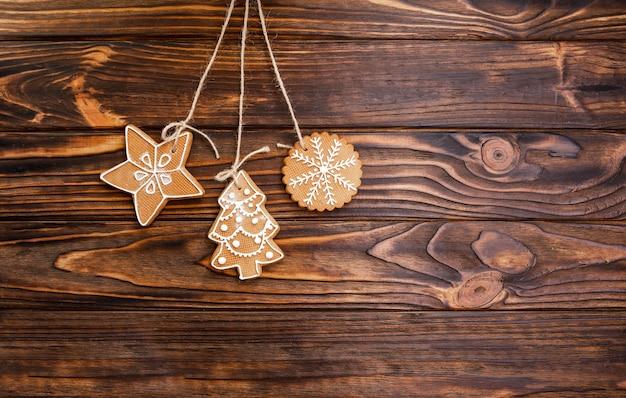 Kerstdecoratie opknoping op houtstructuur