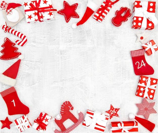 Kerstdecoratie, ornamenten, geschenkdozen op witte achtergrond