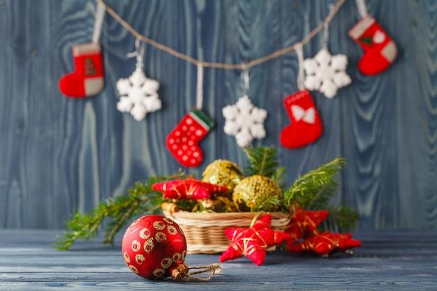 Kerstdecoratie over houten tafel