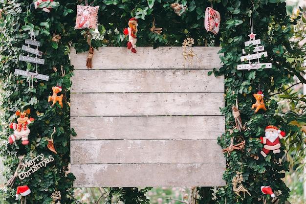 Kerstdecoratie ster, bal witte houten sneeuw achtergrond, dennenappels voor wenskaart ruimte voor tekst