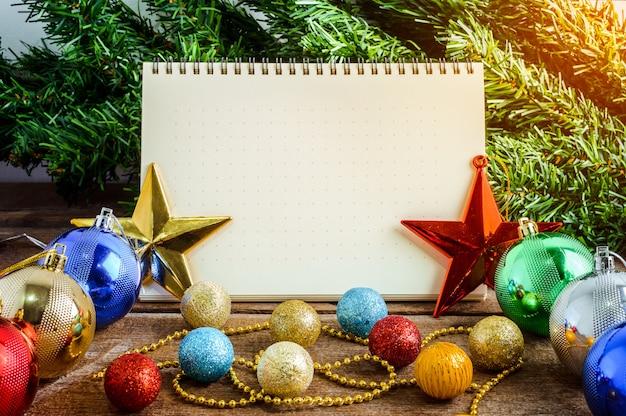 Kerstdecoratie, thema met lege notebook op houten
