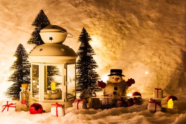 Kerstdecoratie van lantaarn en dennenboom