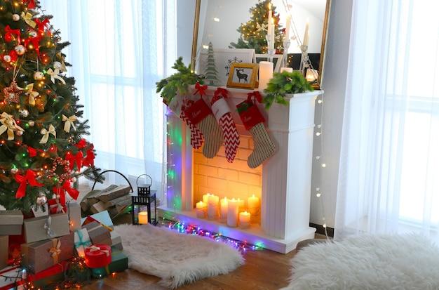 Kerstdecoratie van open haard in woonkamer