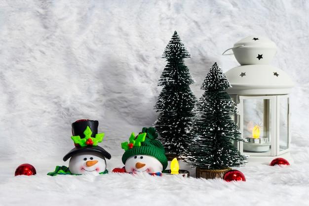 Kerstdecoratie van paar sneeuwpop en pijnboom