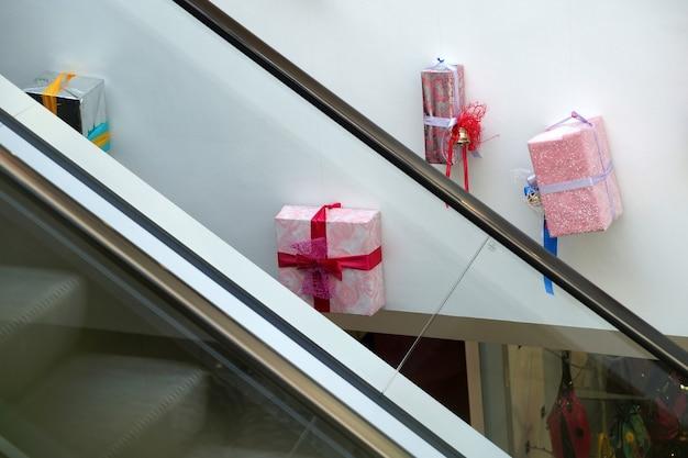 Kerstdecoratie van winkelcentrummodellen van geschenken en souvenirs