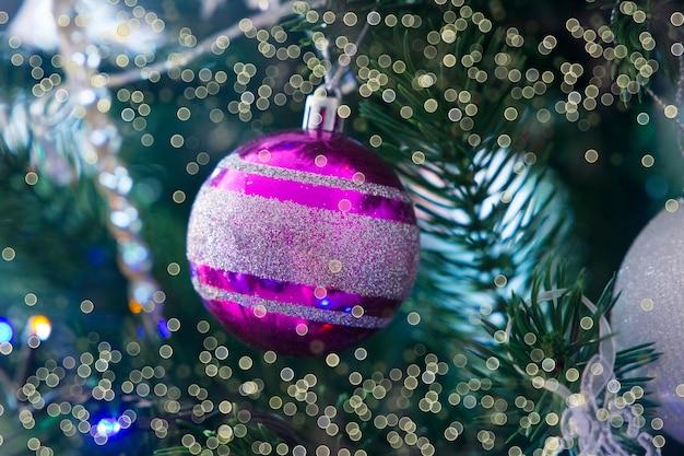 Kerstdecoratie violette bal close-up boke