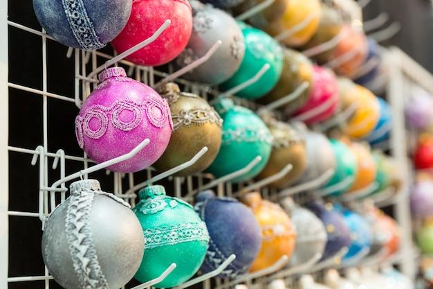 Kerstdecoratie winkel, kerstballen, nieuwjaar. winter vakantie feest