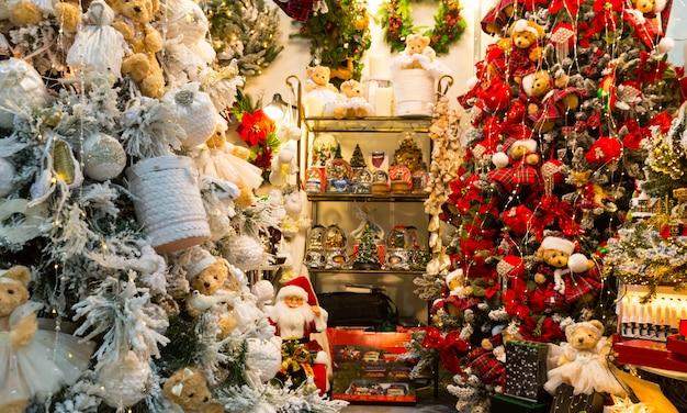 Kerstdecoratie winkel, kerstcadeautjes, nieuwjaar. winter vakantie feest