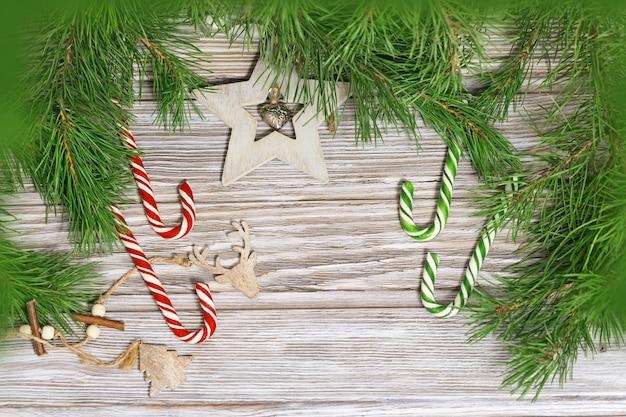 Kerstdecoratie zuurstokken en houten speelgoed