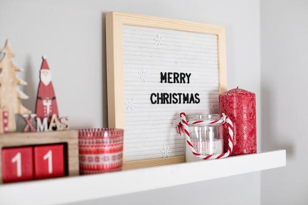 Kerstdecoratiecollectie op plank in slaapkamer of woonkamer. kerst rood vakantie decor Premium Foto
