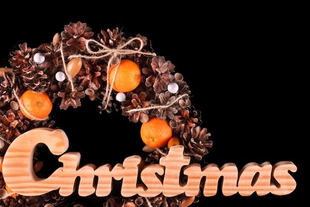 Kerstdecoratiekaart met krans geïsoleerde zwarte kopie ruimte