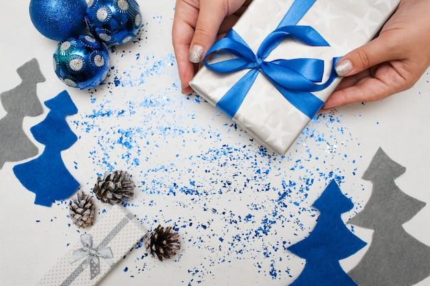 Kerstdecoraties en cadeaus voorbereiden.