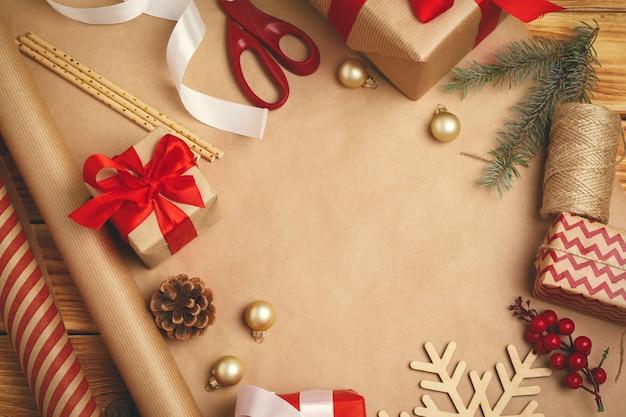 Kerstdecoraties, linten en verpakte gift op houten achtergrond