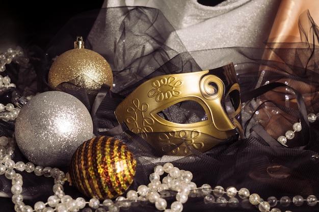 Kerstdecoraties met carnaval masker op stof. vakantie seizoen