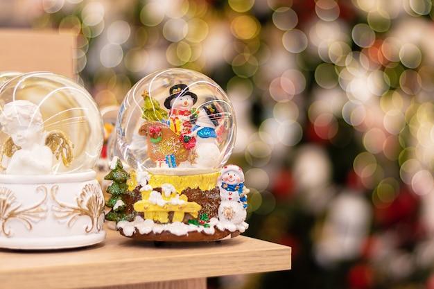 Kerstdecoraties weergegeven voor verkoop in de winkel.