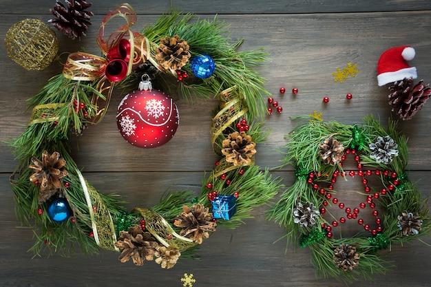 Kerstdennen met kegels, linten en gouden noten op een houten tafel