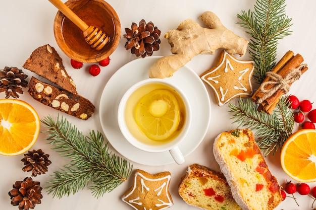 Kerstdesserts uit verschillende landen (panforte, koekjes en kerstbrood) in kerstversiering.