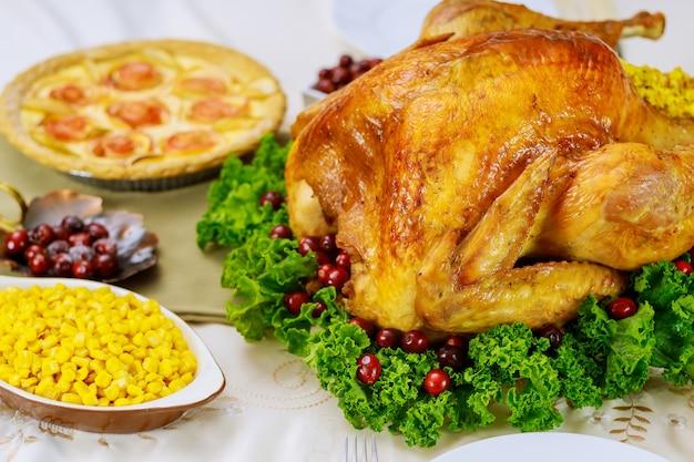 Kerstdiner met appeltaart. geroosterde kalkoen gegarneerde veenbessen en boerenkool. feestdagen diner.