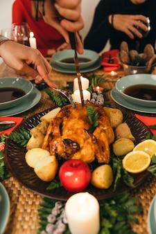 Kerstdiner met mes snijden turkije